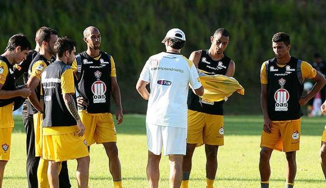 O zagueiro Cardoso (1º à dir. do técnico Caio Junior) vem formando zaga com Victor Ramos nos treinos - Foto: Mila Cordeiro/ Ag. A Tarde
