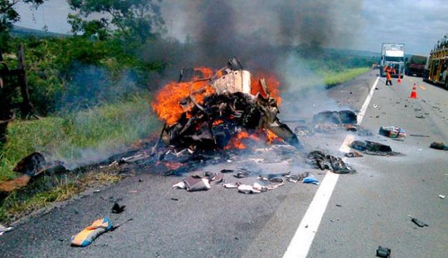 Carro foi incendiado após acidente, causando a morte dos dois ocupantes - Foto: Adelson Meira | Portal Poções