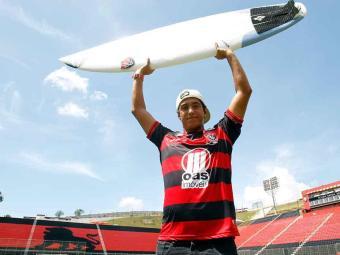 Surfista rubro-negro Marco Fernandez, 21 anos, posa com a sua prancha no Barradão - Foto: Lúcio Távora   Agência A TARDE
