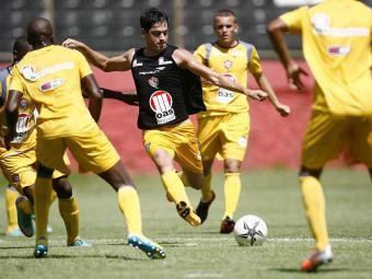 Volante Cáceres deverá ser uma das novidades do Vitória no jogo-treino contra o Botafogo-BA - Foto: Raul Spinassé   Agência A TARDE