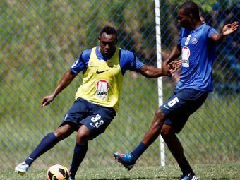 Obina tem se destacado nos treinos e, ao lado de Adriano, forma novo ataque do Bahia - Foto: Raul Spinassé | Agência A TARDE