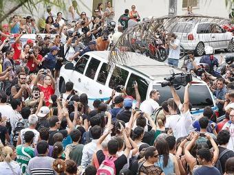 Multidão acompanha a saída de limusine com o corpo de Chorão para o cemitério - Foto: Marcelo Alves l SigmaPress lAE