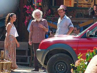 Chico tenta vender carro que ganhou de Alberto e Bibiana se interessa - Foto: Reprodução   TV Globo