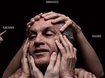 Na capa do disco Abraçaço, Caetano é apalpado pelas mãos dos integrantes da banda Cê - Foto: Divulgação