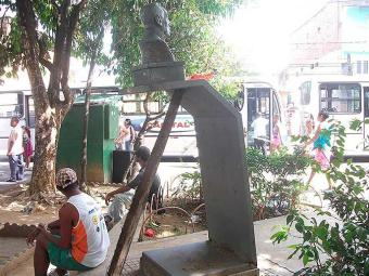 Busto do major Cosme de Farias está escorado com madeira - Foto: Divulgação I Câmara de Salvador
