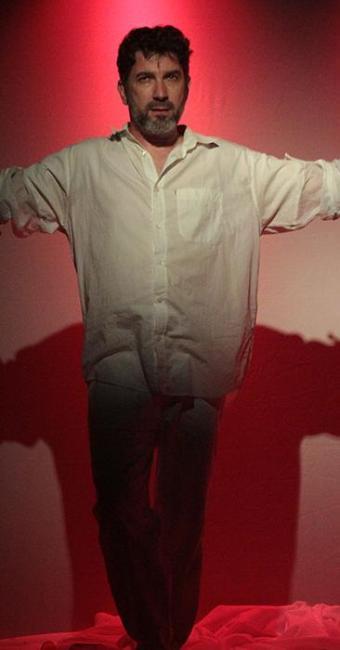 O ator Jones de Abreu dialoga sobre abuso sexual em monólogo - Foto: Sérgio Martins | Divulgação