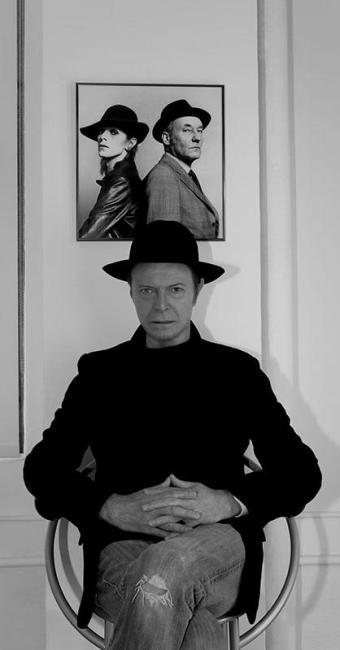 Bowie diante de uma foto dele com o escritor William S. Burroughs - Foto: Jimmy King | Divulgação