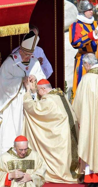 Cardeias cumprimentam papa Francisco em missa solene de início do pontificado - Foto: Agência EFE
