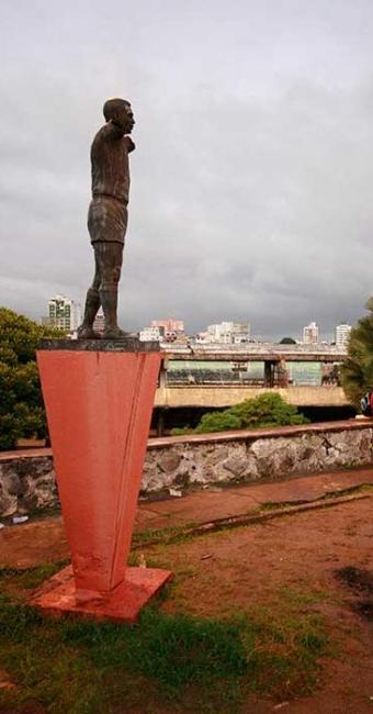 A estátua de Pelé teve os braços roubados por vândalos - Foto: Welton Araújo   Ag. A Tarde 18.06.2007
