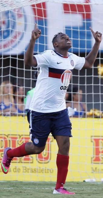 Obina marca o primeiro gol na despedida do Bahia do estádio de Pituaçu - Foto: Eduardo Martins | Ag. A TARDE
