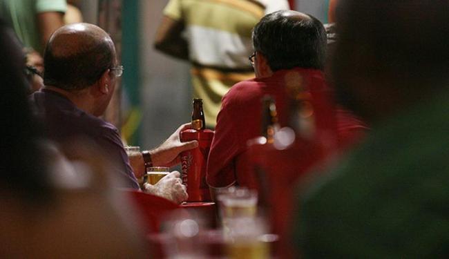 O consumo social de bebidas alcoólicas esconde o impacto real dos danos causados pela droga - Foto: Raul Spinassé | Ag. A TARDE