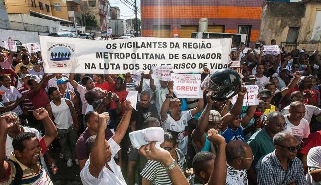 Vigilantes realizam protesto em frente à sede do TRT - Foto: Dorivan Marinho | Ag. A TARDE