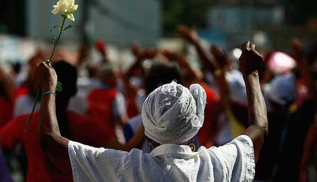 Fiéis levaram rosas para a caminhada - Foto: Fernando Vivas  Ag. A TARDE