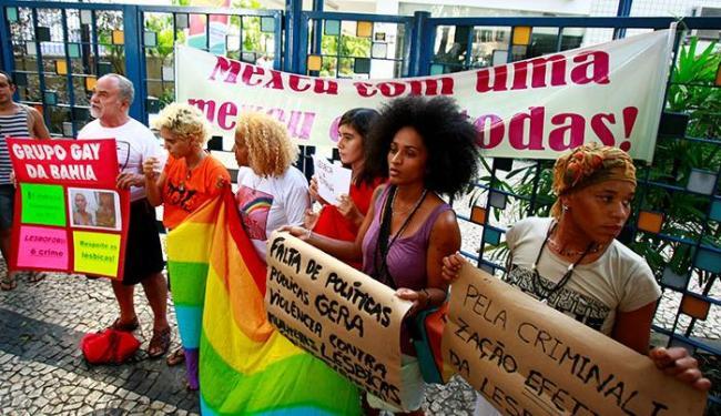 Manifestantes chamaram a atenção na porta do Acbeu - Foto: Fernando Vivas | Ag. A TARDE