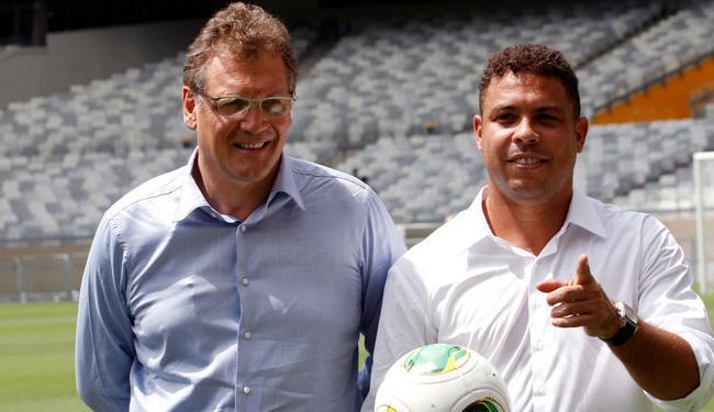 O secretário-geral da Fifa esteve no estádio mineiro acompanhado do ex-jogador Ronaldo - Foto: Washington Alves / Agência Reuters