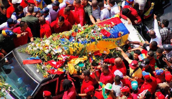Multidão acompanhou cortejo pelas ruas de Caracas até a chegada a Academia - Foto: Reuters