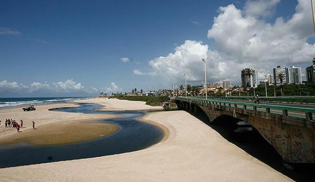 A mancha apareceu em trecho da Praia de Patamares, no último fim de semana, assustando os banhistas - Foto: Raul Spinassé | Ag. A TARDE