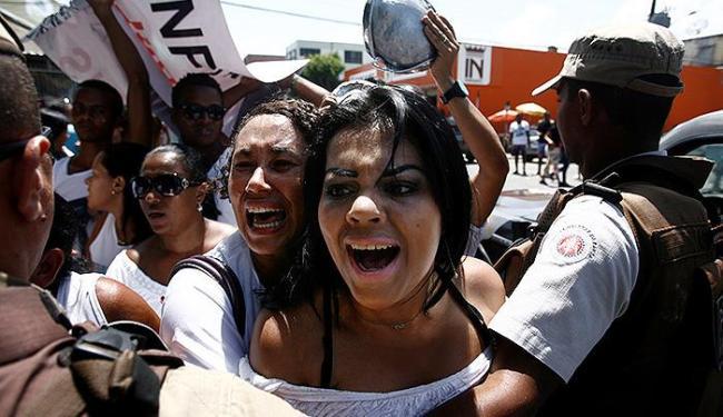 Parentes e amigos do taxista Pedro Augusto, morto por um PM em 2011, protestam em Simões Filho - Foto: Raul Spinassé | Ag. A TARDE
