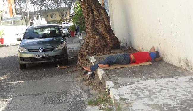 Funcionário de supermercado em Lauro de Freitas descansa na rua - Foto: Leitora | Reprodução