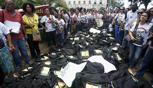 Os livros foram levados pelos manifestantes e espalhados na área externa da secretaria em Brotas - Foto: Raul Spinassé | Ag. A TARDE