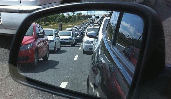 Congestionamento já chega à Avenida Luiz Viana Filho (Paralela) - Foto: Vanessa Bonin | Foto do leitor