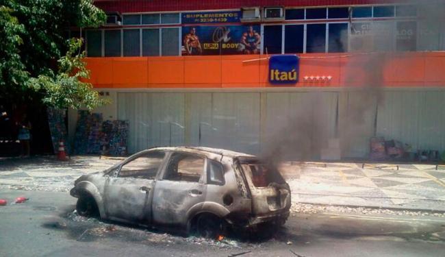 Testemunha diz que incêndio foi causado pelo super-aquecimento do motor do automóvel - Foto: Foto do Leitor