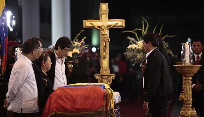 Mãe de Chávez se despede do filho bastante emocionada - Foto: Agência Reuters