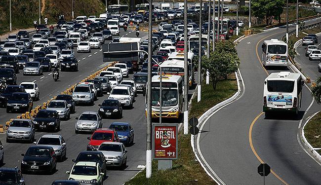 A Paralela é exemplo de trânsito sobrecarregado, inclusive para os coletivos que por lá circulam - Foto: Raul Spinassé | Ag. A TARDE