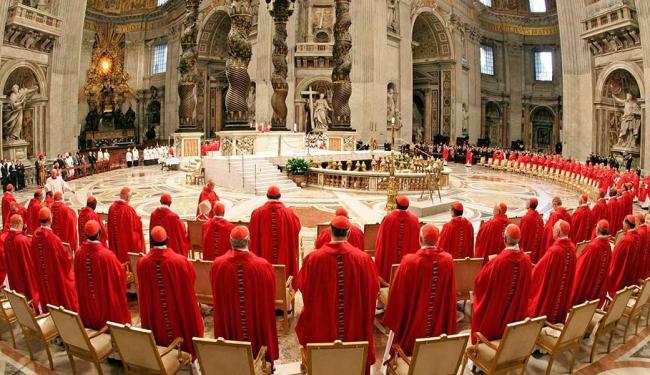 Reunião de cardeais no conclave de 2005, quando Bento XVI foi eleito Papa - Foto: Arquivo | Ag. Reuters