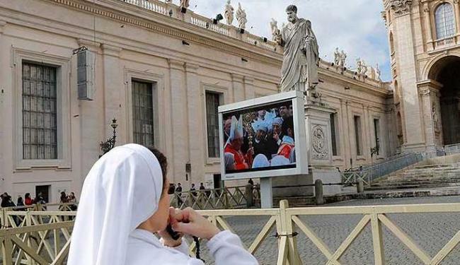 Monja reza diante da basílica de São Pedro antes do inicio do conclave - Foto: Valdrin Xhemaj | Agência EFE