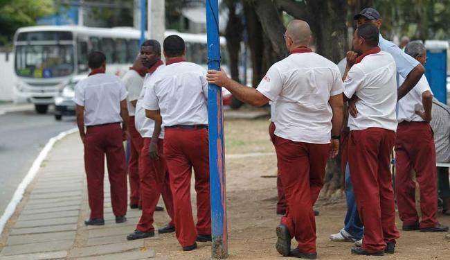Na parada no fim de linha, motoristas aguardam resultado da reunião - Foto: Lúcio Távora   Ag. A TARDE