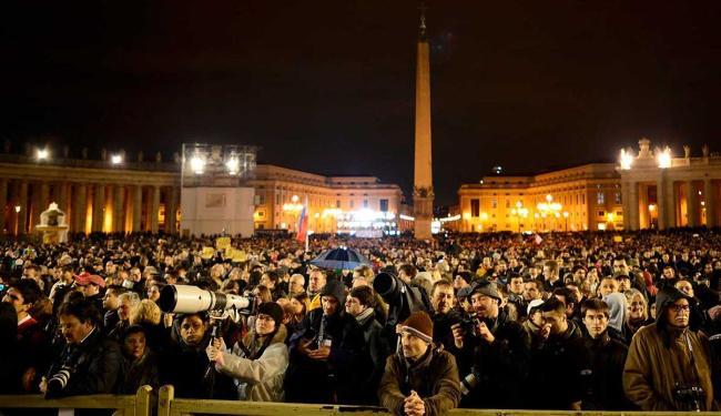 Povo se aglomera em frente a catedral de São Pedro para esperar resultado do conclave - Foto: Agência Reuters