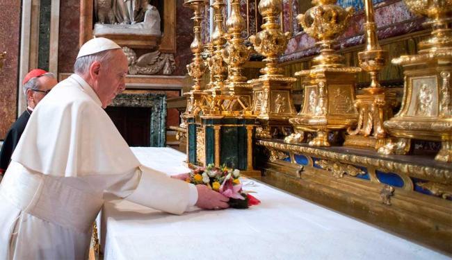 Papa Francisco arruma altar para a missa na basílica de Santa Maria - Foto: Agência Reuters