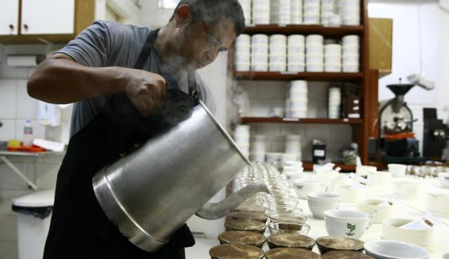Barista prepara café para prova na Agricafé - Foto: Fernando Vivas / Ag. A TARDE