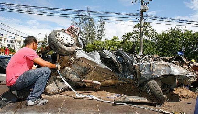 Veiculo ficou totalmente destruído após acidente na manhã deste sábado - Foto: Marco Aurélio Martins | Ag. A TARDE