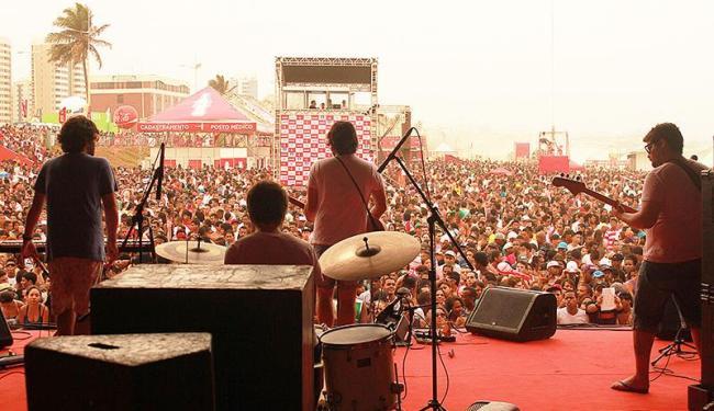Banda ganha mais público diante de milhares de pessoas na Praia de Armação - Foto: Grão Lucas | Divulgação