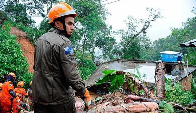 Bombeiros e agentes da Defesa Civil do município já trabalham nas áreas afetadas - Foto: Tânia Rêgo | Agência Brasil