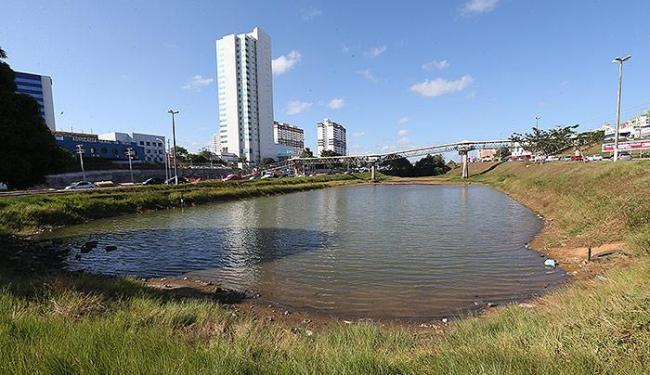 Lago na Paralela secou em alguns pontos. Situação é comum em vários mananciais hídricos da capital - Foto: Margarida Neide | Ag. A TARDE