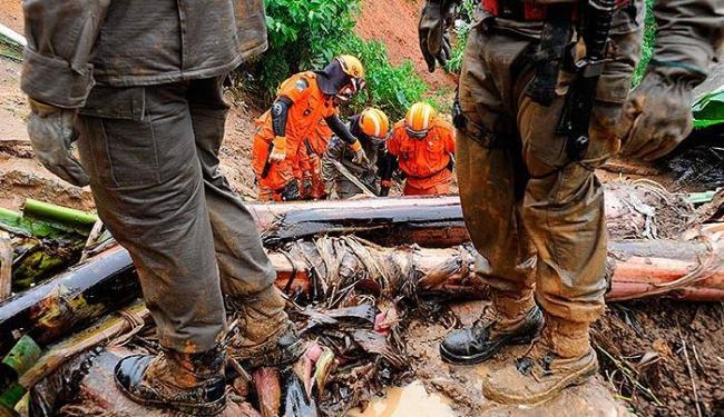 Defesa Civil estima que entre 10 e 15 pessoas ainda estejam soterradas no bairro Quitandinha - Foto: Agência Reuters