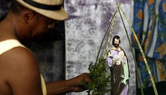Fiel faz ornamentação do andor de São José antes de procissão - Foto: Luiz Tito | Ag. A TARDE
