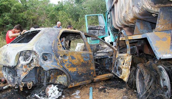 Após se chocar com a caçamba, o carro onde estava a família pegou fogo - Foto: Vanderlei Santos | Cordeiros em Foco