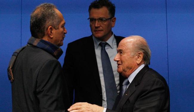 Secretário-geral da Fifa, Valcke (centro) disse que estádios precisam ser entregues até fim de 2013 - Foto: Michael Buholzer / Agência Reuters