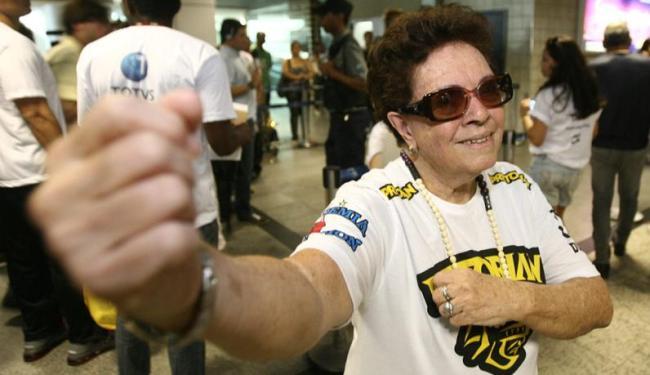 Elizete Almeida sempre ia receber o lutador Junior Cigano no Aeroporto após suas lutas - Foto: Raul Spinassé/ Ag. A TARDE