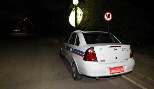 Após latrocínio, casal abandonou taxi em Patamares - Foto: Lúcio Távora   Ag. A TARDE