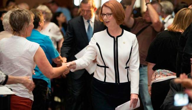 Gillard é parabenizada após votação que a reelegeu - Foto: Agência Reuters