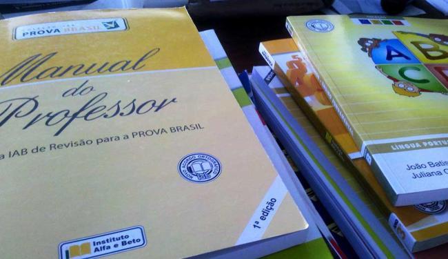 Livros que compõem os kits adquiridos pela Prefeitura para a rede municipal - Foto: Adalton dos Anjos | Ag. A TARDE
