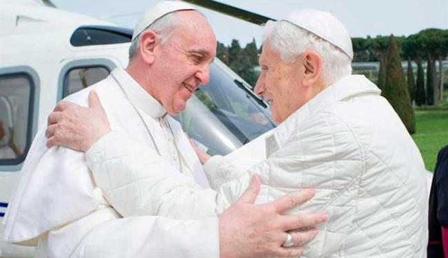 Francisco e Bento XVI conversaram e rezaram durante encontro - Foto: Agência EFE