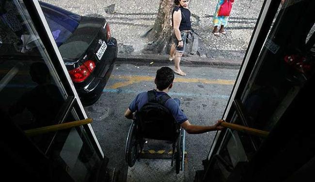 Cerca de metade da frota de Salvador ainda não é adaptada para deficientes - Foto: Raul Spinassé   Ag. A TARDE
