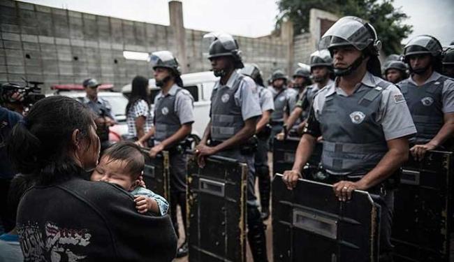 Policiais fazem cordão de isolamento durante ação de reintegração de posse - Foto: Agência Brasil