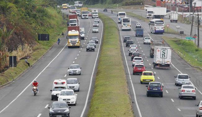 Cerca de 300 motoristas são flagrados acima da velocidade por dia em feriados nas rodovias estaduais - Foto: Eduardo Martins | Ag. A TARDE